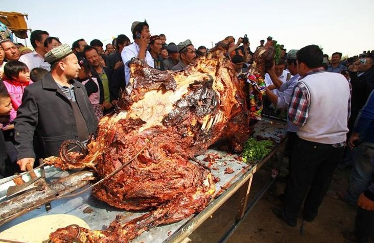 Bedeviler düğün günü deve pişirirler